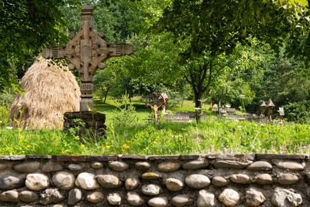 Barsana Monastery Architectural Detail - Traditional Wooden Cross and Cemetery (Maramures, Romania). Foto de archivo