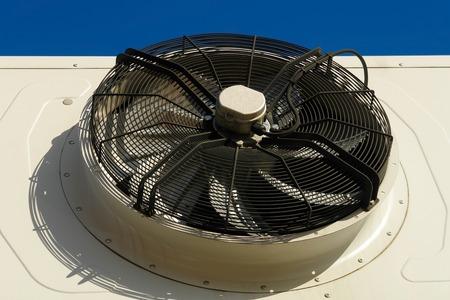 Industrieller Klimaanlagenlüfter hautnah. Große Klimaanlagen im Freien. Luftkompressor mit großem Ventilator