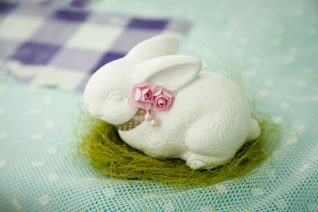 Weiße Kaninchenstatuen zur Dekoration. Weißes Kaninchenpflaster