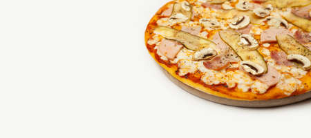 Delicious Meat pizza served on a wooden plate, ingredients Signature sauce, mozzarella cheese, ham, bacon, pickled cucumber, mushrooms on white. Pizzeria promotion poster. Standard-Bild