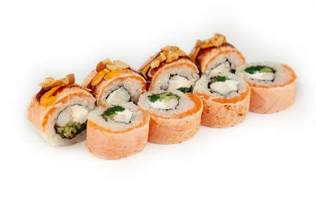 Sushi Roll with salmon tataki and blanched spinach on white plate, ingredients Salmon, shrimp, blanched spinach, cream cheese, cucumber, Spicy sauce, Teriyaki sauce, cashews, rice, nori Standard-Bild