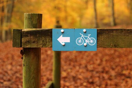 Off Road Bike Track. A cycle path sign in an autumnal rural woodland setting Stockfoto