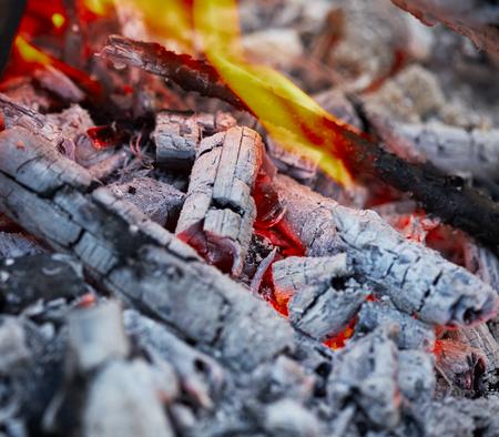 under fire: débil un fuego debajo de las brasas y cenizas