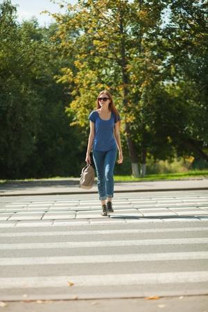 passage pi�ton: fille avec un sac va bien