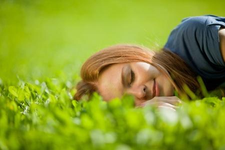 descansando: chica tirado en el césped