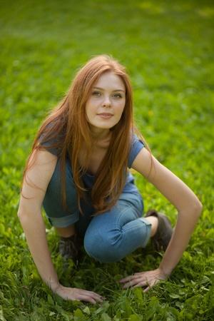 아름다운 소녀가 풀밭에 앉아