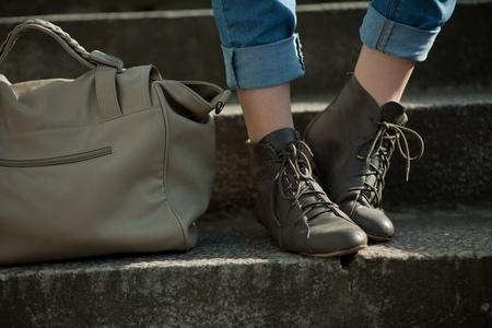 계단에 가방을 들고 발 소녀 스톡 사진