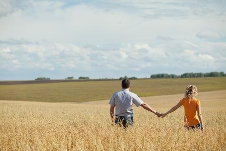 fresh air: all'aperto coppia godendo l'aria fresca