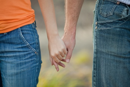Paar Hände, die sich gegenseitig halten