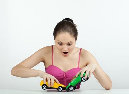 장난감 자동차와 소녀 충돌을 작성하고 몹시 두려워