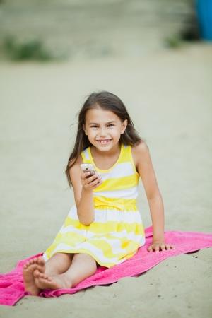 휴대 전화와 다섯 살짜리 소녀 스톡 사진