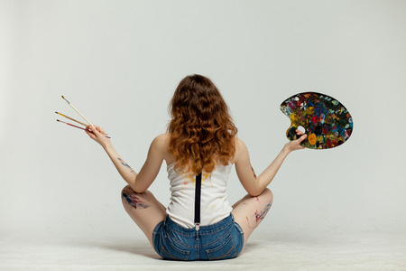 artistas: artista joven mujer en busca de inspiraci�n