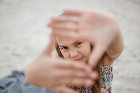 petit peintre montrant gestes de la main sur la nature