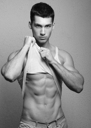 hombres gays: Modelo masculino posando en el estudio de