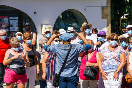 Saintes Maries de la Mer - 09/04/2020: tourists wearing mask protection listening to a guide Redactioneel