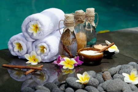Im Spa-Konzept in einer Luxus-Villa auf der Insel Bali mit, Massage-Öl, Bad-Salz, Vulkansteine, Körperpeeling, Handtücher, Zimtstangen, Orchideen und Blumen Standard-Bild