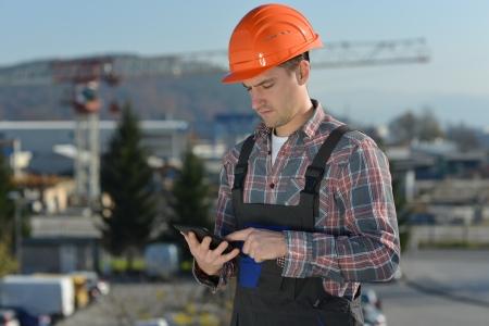 Ingenieur auf der Baustelle, ein Bild aus der Bauindustrie eines Arbeitnehmers mit einem Computer-Tablette