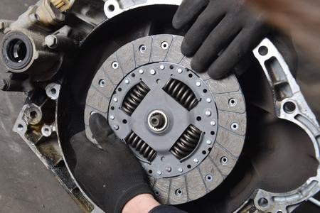 Frizione veicolo, meccanico auto sta cambiando frizione Archivio Fotografico - 25714933