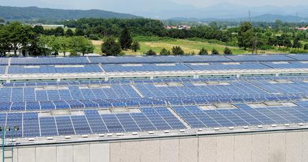 Sonnenenergie elektrische Platten-Erstellung auf einem Lagergebäude Standard-Bild - 26803697