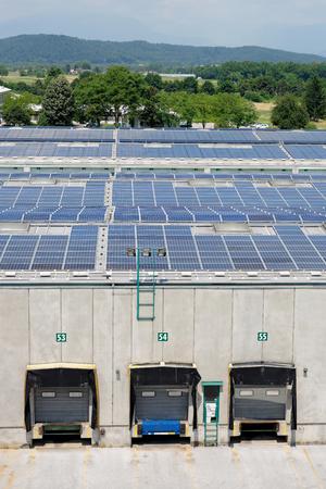 Sonnenenergie elektrische Platten-Erstellung auf einem Lagergebäude Standard-Bild - 26803724