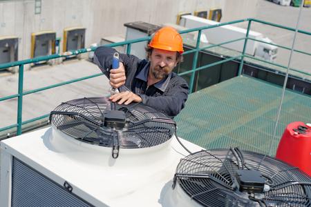 aire acondicionado: Reparaci�n de Aire Acondicionado, reparador en el tejado, arreglando enorme sistema de aire acondicionado