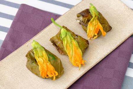 wijnbladeren: Griekse dolmades omwikkeld met wijnstokken bladeren en rijst