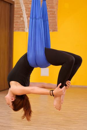 gravedad: Mujer que hace ejercicio de lucha contra la gravedad a�rea yoga
