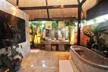 chambre luxe: salle de bains de la chambre de luxe dans une villa tropicale