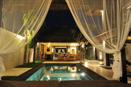 natacion: Villa tropical moderna con la piscina en la naturaleza Foto de archivo