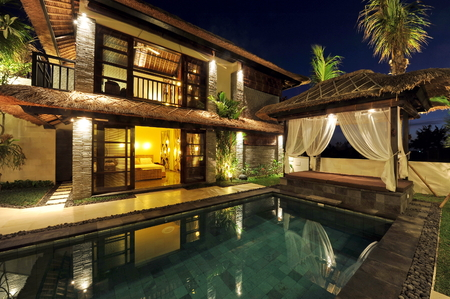 lap of luxury: Modern tropical villa with swimming pool in nature  Stock Photo