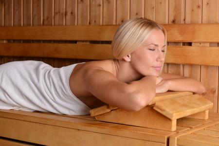 sauna nackt: Sch�ne blonde M�dchen genie�en in der Sauna Lizenzfreie Bilder