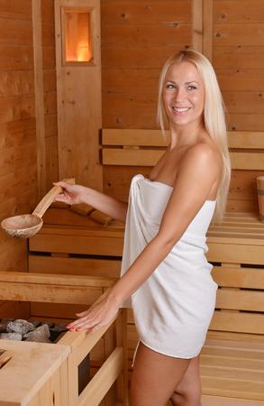 sauna nackt: Schöne blonde Mädchen genießen in der Sauna Lizenzfreie Bilder