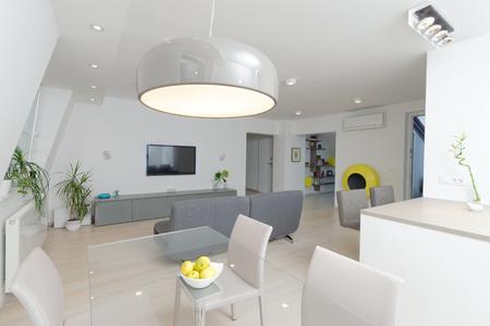 Modernen Wohnzimmer Innenraum mit Küche Standard-Bild