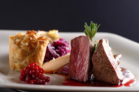 붉은 양배추, 크랜베리, 허브와 감자 사슴 고기 스테이크