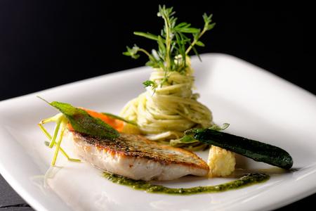 고급 레스토랑, 바 질, 파스타 허브와 향신료에서 송어 물고기 등심 빵가루 입힌