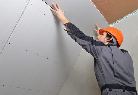 건식 벽체 석고 패널을 설치하는 사람 스톡 콘텐츠