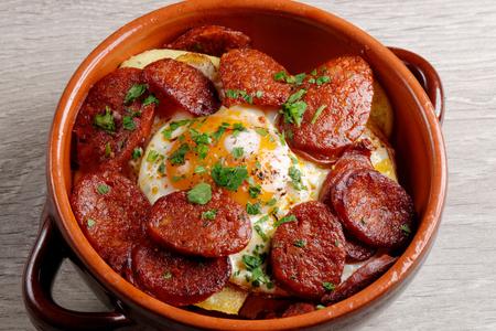 감자, 이베리아 햄, 초리 조 소시지 스페인어 타파스. 계란과 고추 스톡 콘텐츠