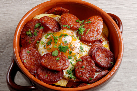 Spanish tapas with potatoes, iberian ham, chorizo sausage. egg and pepper Imagens