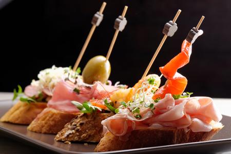 얇게 썬 바게트에 봉사 스페인어 타파스의 선택 - 피 각질의 빵에 타파스. 스톡 콘텐츠