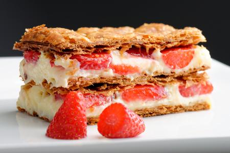 Franse gastronomische aardbeien mille-feuille met zure slagroom. Ondiepe dof.