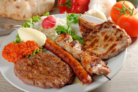 Mixed grill op een bord, Balkan voedsel (selectieve aandacht)