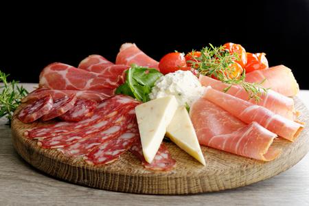 조제 식품 콜드의 배열은 훈제 햄, 치즈, 페퍼로니, 살라미으로 잘라 ... 스톡 콘텐츠