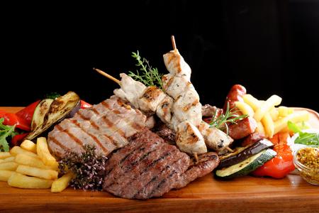 pollo asado: Mezclado plato de carne a la parrilla