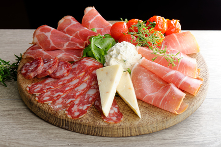 スモークハム、チーズ、ペパロニ、サラミ デリカテッセンのハムの配置. 写真素材