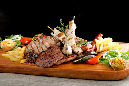 Mixed grilled meat platter Imagens - 33349328