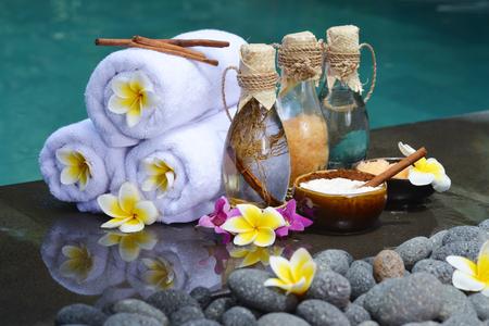 In de Spa, het concept in een luxe villa op het eiland Bali met, massage olie, badzout, vulkanische stenen, body scrub, Handdoeken, kaneelstokjes, Orchideeën en bloemen. Stockfoto