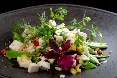 plato de comida: Guisantes de nieve con ensalada de tofu con casta�as de caj�