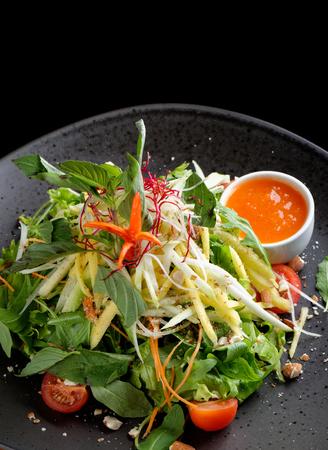salad in plate: Ensalada de mango sour Foto de archivo