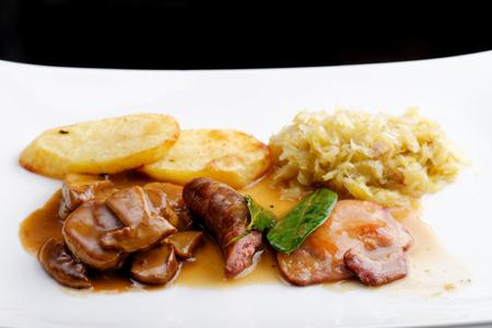 comida alemana: Comida alemana, con salchichas, filetes, patatas y repollo Foto de archivo