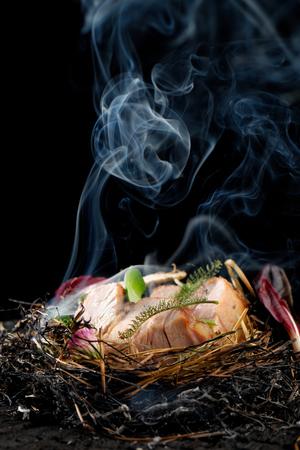 Gehobene Küche, Lammkoteletts im Stroh gebacken Standard-Bild